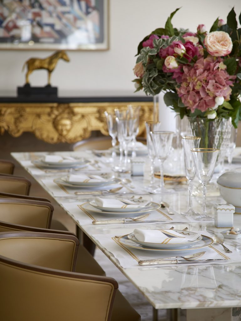 Secretcape_Colour_Gold_Interiordesign_London_Delux_luxury _Grand_Dinning_table_Marble_Glass_Crystal_Flowers_Design_Elegant_Home_Interior_House